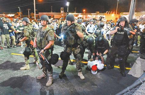 Segunda noche de intensos disturbios en Ferguson