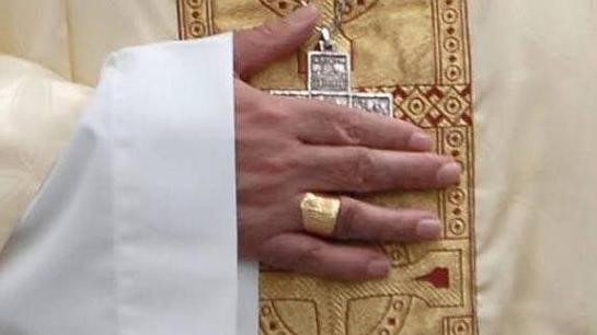 Una mujer roba el anillo episcopal al obispo Uriarte al besarle la mano