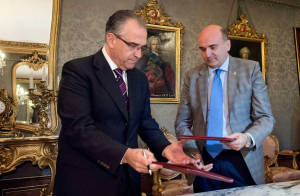 El consejero Morrás y el alcalde Maya intercambian el convenio de colaboración.