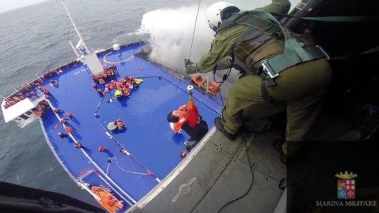 Rescatan a 310 pasajeros del transbordador incendiado, según la Marina italiana