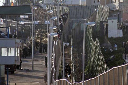 Unos 800 inmigrantes intentan saltar la valla fronteriza en Melilla y una treintena lo consigue