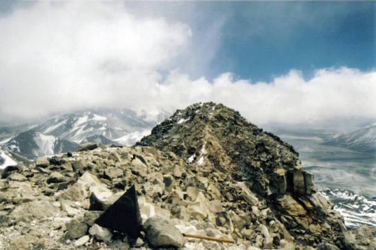 Vista de la cima chilena del nevado Ojos del Salado desde la cima argentina. Wikimedia Commons.