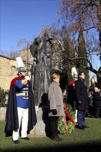 El alcalde de Salamanca, Alfonso Fernández Mañueco (d), y la directora de la Casa-Museo Unamuno.