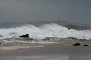 Una ola rompe en el Sardinero de Santander