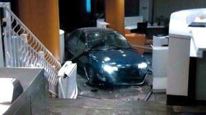 Un detenido por estrellar su coche  contra la sede del PP
