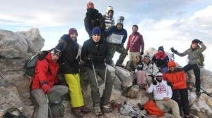 Los escaladores canarios rodean el pequeño belén (en el centro inferior de la foto) en la cima del Teide