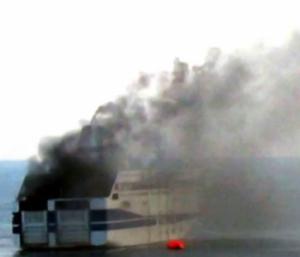 ferry incendiado en Italia