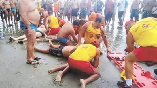 Un rayo mata a cuatro bañistas en una popular playa de Brasil