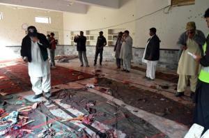 Personal de seguridad paquistaní se concentra en la mezquita después... Personal de seguridad paquistaní se concentra en la mezquita después del atentado. DR