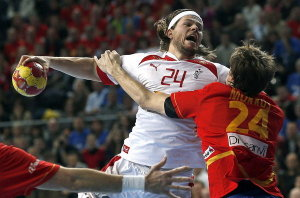 El lateral de la selección de España Viran Morros obstaculiza unlanzamiento  el lateral del Dinamarca Mikkel Hansen. DR