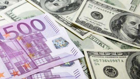 Euro cae a mínimo en un mes contra el dólar, presionado por incertidumbre política