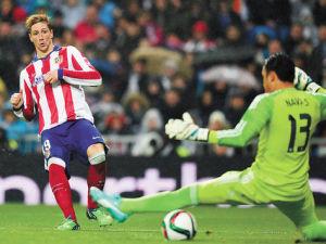 Gol. Fernando Torres supera con remate bajo a Keylor Navas para el primer tanto del Atlético de Madrid.