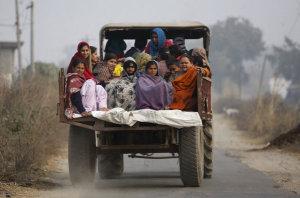 Habitantes de un pueblo indio en Cachemira abandonan su hogar