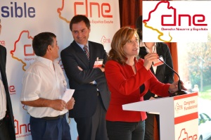 Nieves Ciprés, presidenta, detrás Andrés Valencia, secretario general. Foto DNE