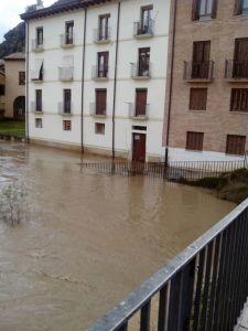 """La """"bola"""" del Pasaje que lleva su nombre, cubierta por el agua. Navarrainformacion.es"""