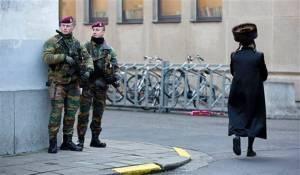 Soldados patrullan cerca de una Sinagoga en el centro de Amberes. DR