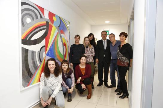 La Fundación Atena dona un cuadro realizado por sus alumnos al Ayuntamiento de Pamplona