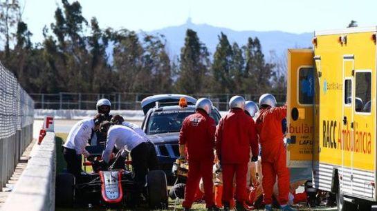 Alonso se estrella contra un muro pero está consciente