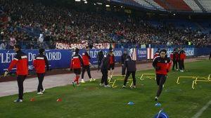 El Atlético de Madrid, arropado por 8.000 aficionados en el entrenamiento vespertino. DR