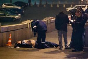 Imagen del opositor Nemtsov en el suelo. Twitter @yurybarmin