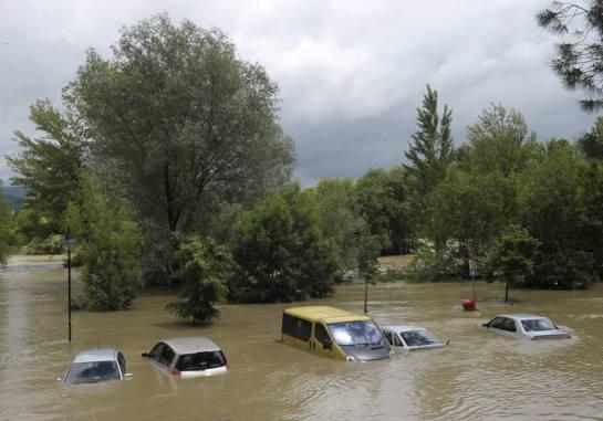 Pamplona prohíbe aparcar en la zona del Club Natación y el Camino de Burlada por inundación