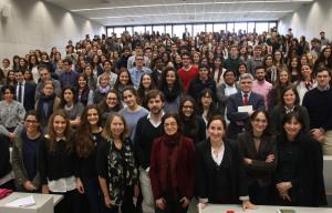 """La Universidad de Navarra celebra una """"masterclass"""" con 400 alumnos y Jill Abramson"""