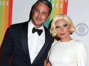 Lady Gaga anuncia que se casa con el actor Taylor Kinney.