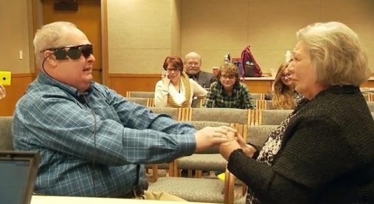 Ve a su mujer 10 años después al recuperar la vista gracias a un ojo biónico