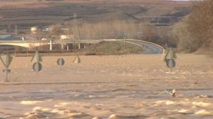 El Ebro alcanza la carretera N113, provocando su cierre en las recientes inundaciones en Navarra.