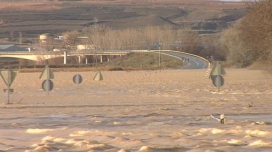 El río Ebro permanece en alerta en Mendavia, mientras que el Ega está en prealerta en Estella y Andosilla