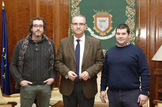 El alcalde de Pamplona recibe a la Asociación Fondos de Folclore Navarro