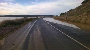 Carretera inundada en Fustiñana (Navarra) abierta en un carril