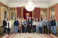 El alcalde de Pamplona recibe a miembros de Asvona, que celebra su 25 aniversario