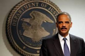 El fiscal general de EE.UU. condena un tiroteo contra dos policías en Ferguson