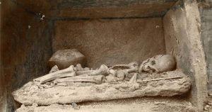 Fotografía tomada por Siret de un esqueleto perteneciente a los hallazgos de la Edad del Hierro, fenicios, púnicos y romanos encontrados en Herrerías (Almería)Museo Arqueológico Nacional