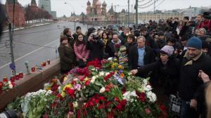 La gente se reúne el 28 de febrero de 2015 en la escena de asesinato del opositor ruso Boris Nemtsov