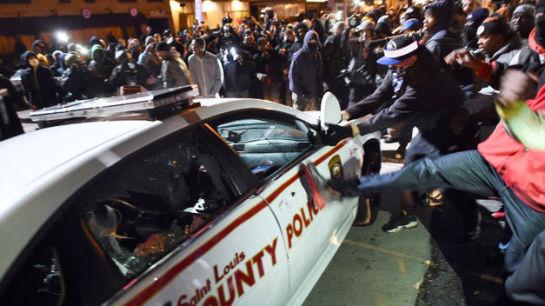 Dos policías heridos en un tiroteo durante una protesta en Ferguson