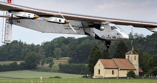 Despega el avión Solar Impulse 2, que dará la vuelta al mundo sin combustible
