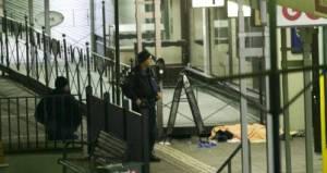 Un oficial de policía junto a una de las víctimas del tiroteo.