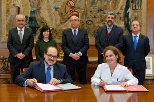 Manuel Rodríguez e Iciar Astiasarán firman el convenio. Detrás, de izquierda a derecha, Juan Ramón de la Torre, Paula Noya, Fernando de la Puente, Diego Maza y Javier Mata.