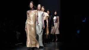 Una modelo presenta las creaciones de Loewe el 6 de marzo de 2015 en París