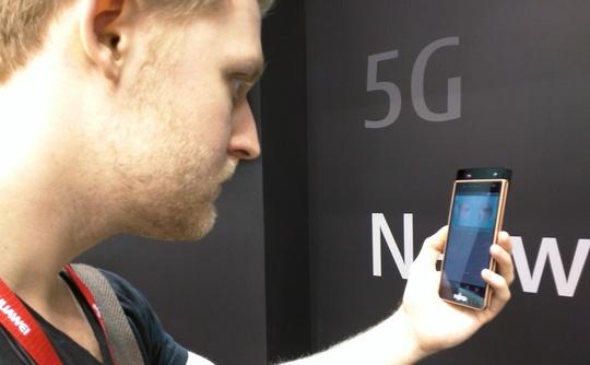 Fujitsu presenta un smartphone con lector del iris