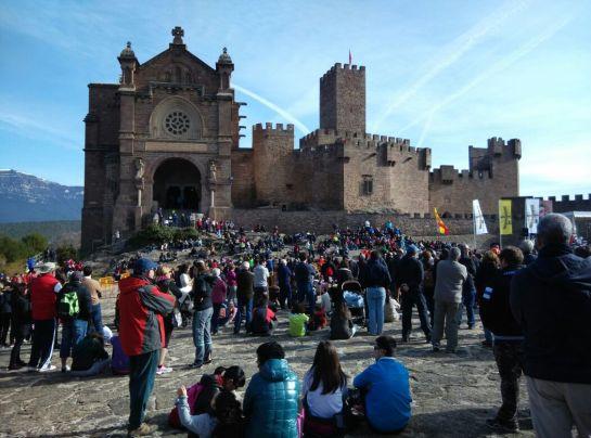 Los peregrinos caminan ya hacia el Castillo de Javier en la segunda Javierada de 2015