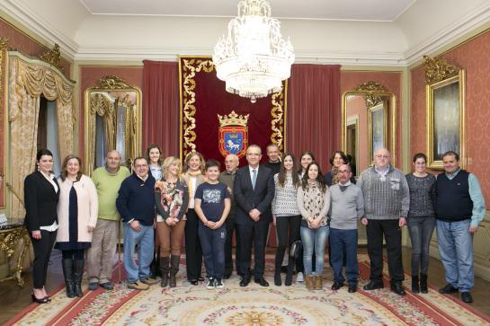 El alcalde de Pamplona recibe a la Asociación de Voluntarios de Navarra en su 25 aniversario