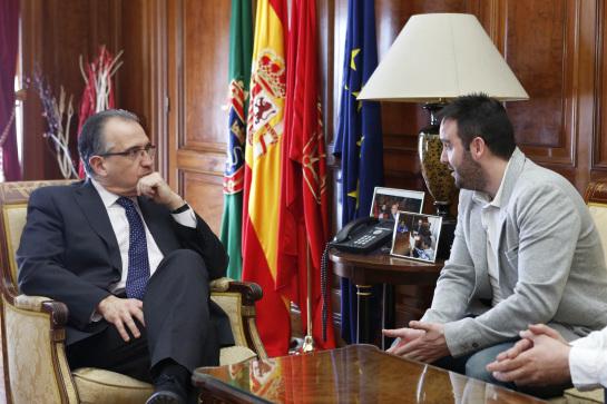 El alcalde de Pamplona recibe al nuevo presidente de DYA Navarra