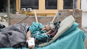 Caos hospitalario e incineraciones masivas en Nepal que llora ya a más de 3.200 muertos