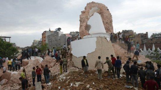 Un terremoto de magnitud 7,9 sacude Nepal: deja más de 800 muertos y edificios destruidos