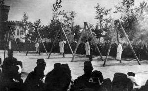 Imagen del Instituto-Museo del Genocidio Armenio en la que se ve a un grupo de armenios ahorcados por las fuerzas otomanas en junio de 1915. Cortesía del Museo del Genocidio, Ereván.