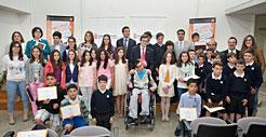 El consejero Iribas, con los organizadores y estudiantes finalistas.