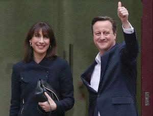 David Cameron y su esposa saludan desde Downing Street 10.